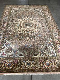Splendidly detailed Persian Tabriz rug - signed - 202 x 308.