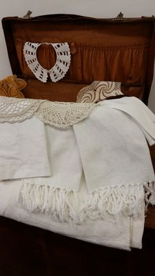 Large lot from an Italian private collection, hand - Trunk, handwoven cloth, 1 collar, 4 doilies, 1 pillowcase, 1 towel, 1 handkerchief