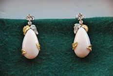 """Yellow and white gold, 18 kt – Long earring in yellow and white gold with """"Angel Skin"""" coral and brilliant cut diamonds. Length: 42 cm. Width: 18 mm"""