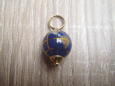 18 kt gold globe pendant with lapis lazuli, length, including bail: 21 mm
