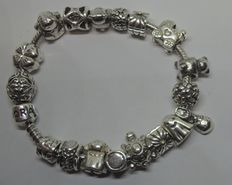 Full, Pandora charm bracelet with 18 charms - length: 17.5 cm.