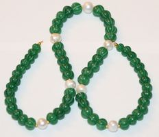 Gemstones facet cut emerald and baroque pearl necklace with Coug 18 kt/750, clasp length 47 cm.