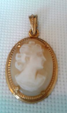 Pendant with cameo set on yellow gold