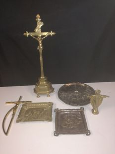 Lot of objects in bronze - crucifix - Perron of Liège - various items - 20th century.