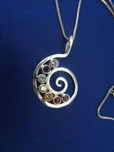 935 silver pendant with precious stones; the pendant is a circle and measures 4.2 cm long and 2.8 cm wide