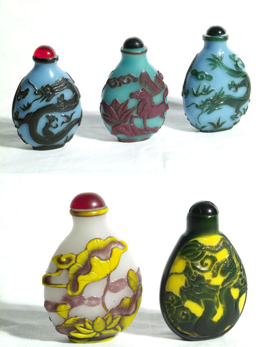 Lot of glass snuff bottles (tobacco snuff bottles), 5 pieces, with flashed glass and animal motifs - China - second half of the 20th century