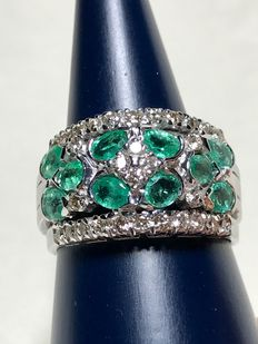 18 kt gold band ring with emeralds and diamonds. Ring size: 18.5 mm