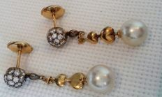 Gold earrings 18 kt (750/1000) yellow gold, 5.60 g -cultured pearls 8 mm x 2  - diamonds G/SI, 0.10 ctls