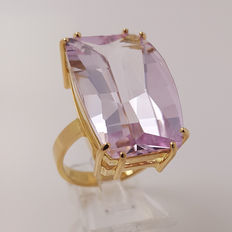 18 kt yellow gold ring with spectacular natural kunzite of 22.43 ct. CGS certificate -- Ring size: 57 / 18 mm