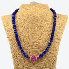 Necklace with sapphires, rubies and 18 kt/750 yellow gold.