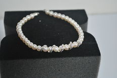 Bracelet in 18 kt gold and cultured, freshwater pearls – length: 19 cm