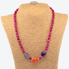 Necklace made of rubies, other gemstones and 18 kt (750/1000) yellow gold.
