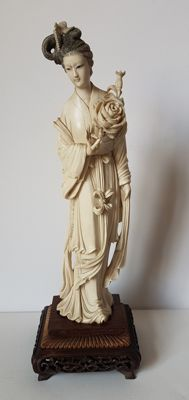 Ivory Chinese woman with flower – China – Late 19th century