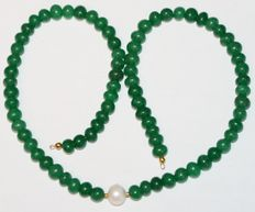 Emerald and baroque pearl necklace with a 18 kt/750 gold clasp. Length: 45 cm