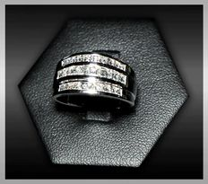 Wide band ring – 18 kt white gold and carré cut (square step cut) diamonds, colour F, clarity VVS, 0.93 ct.