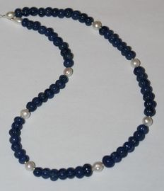 Sculpted sapphire and baroque pearl necklace with 18 kt white gold clasp.  Length: 43 cm