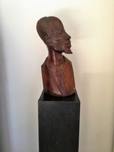 Impressive and large wooden bust of a proud African man - Africa