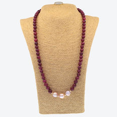 Long necklace made of rubies, cultured pearls and 18 kt (750/1000) yellow gold