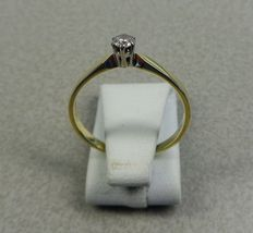 Yellow, 14 kt gold, solitaire ring with a 0.15 ct brilliant - 17.5 mm.