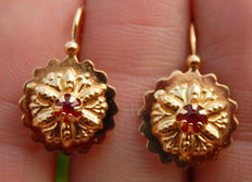 Dormeuses earrings with garnets in 18 kt yellow gold