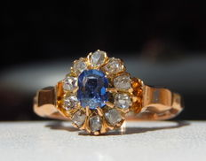 Flower ring with pale blue sapphire surrounded by diamonds in 18 kt pink gold
