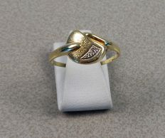14K geelgouden ring met diamantje. Ringmaat 18,5 mm.