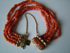 Four-row precious coral bracelet with an antique gold clasp, 14 kt.