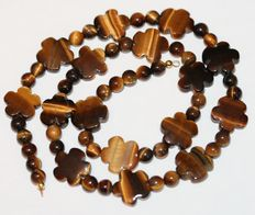 Precious stone tiger's eye necklae with 18 kt/750 gold claps. Weight: 200 ct, length: 49 cm