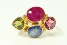 18 kt gold ring, set with precious stones, size US 6.50