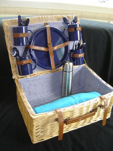 Large wicker picnic basket for vintage/classic - 4 people - soft fleece plaid, thermos bottle - Second half 20th century