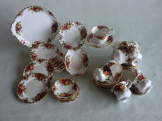 31 Piece Royal Albert dinner set, Old Country Roses