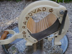 Raadvat – Bread-slicer – wood with cast iron