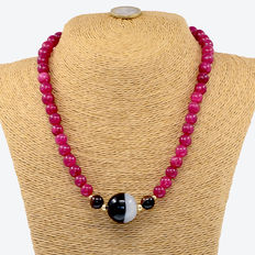 Necklace of rubies, agates, and 18 kt/750 yellow gold