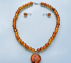 Amber cognac coloured necklace and sterling silver with pendant and earrings, 40 grams