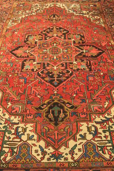 Beautiful antique hand-knotted Persian carpet around 1950 Heris Heriz plant colours 230x335cm made in Iran