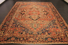 Rare and beautiful antique Persian carpet, handwoven around 1900 in Heris Heriz, Serapi, plant paints, 250 x 330 cm