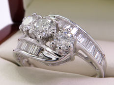 White gold diamond ring of 1.61 ct, with 3 large central brilliant cut diamonds (2x 0.23 + 0.43 ct)