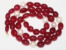 Ruby and baroque pearl necklace with an 18 kt gold clasp. Length 50 cm.
