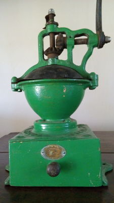 Peugeot Frères - Coffee grinder of counter top in cast-iron - Valentigney model deposited no. 1 - France - first half of the 20th century,