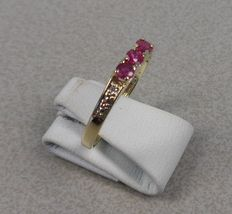 14 kt yellow gold ring with a row of ruby and diamond. Ring size: 18.5 mm.