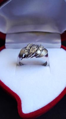14 kt white gold ring with 9 diamonds, colour K, 4.01 grams in total