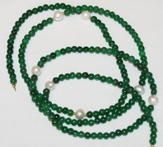 Emerald and baroque pearl necklace with 18 kt gold clasp.  Length 103 cm