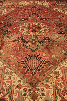 Beautiful antique hand-knotted Persian rug from around 1950, Heris Heriz, plant colours, 260 x 350 cm, made in Iran