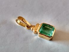 Gold (18 kt) pendant with emerald