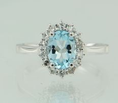 14 kt white gold entourage ring with oval-cut blue topaz and fourteen single-cut diamonds of approx. 0.26 ct in total, ring size 16.5 (52)