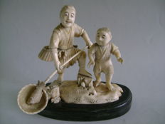Ivory Okimono. The lucky fisherman and his son. Signed Gyokuyuki - Japan - Ca. 1900