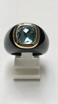 Wide jade ring with faceted cut topaz set in 585 yellow gold.