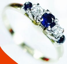 18 kt Yellow gold ring with diamond (0.20 ct) & sapphire (0.40 ct) set in 950 platinum *no reserve*