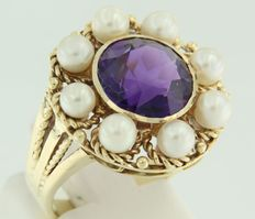 14 kt Yellow gold ring set with a central brilliant cut amethyst and 8 cultured freshwater pearls.