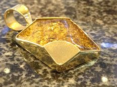 800/1000 gold pendant (foreign) with gold flakes cast in resin - no reserve price